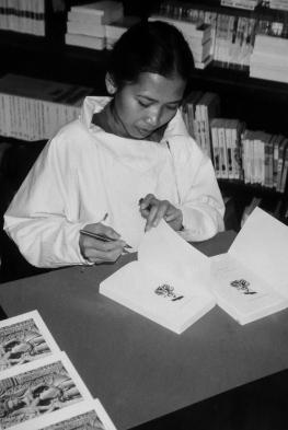 Molyda Szymusiak firma le copie del suo primo libro